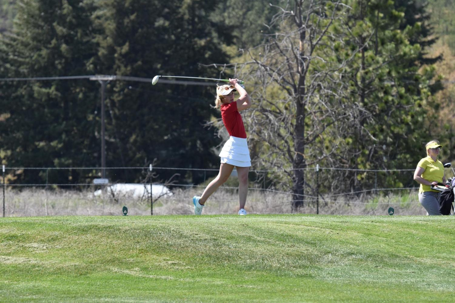 Sophomore+Annaby+Kanning+tees+off+on+the+7th+hole.