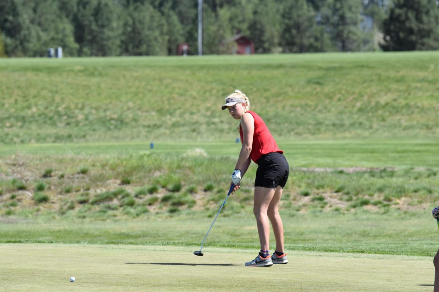 Sophomore+Hattie+Larson+putts+one+in+on+the+7th+hole.