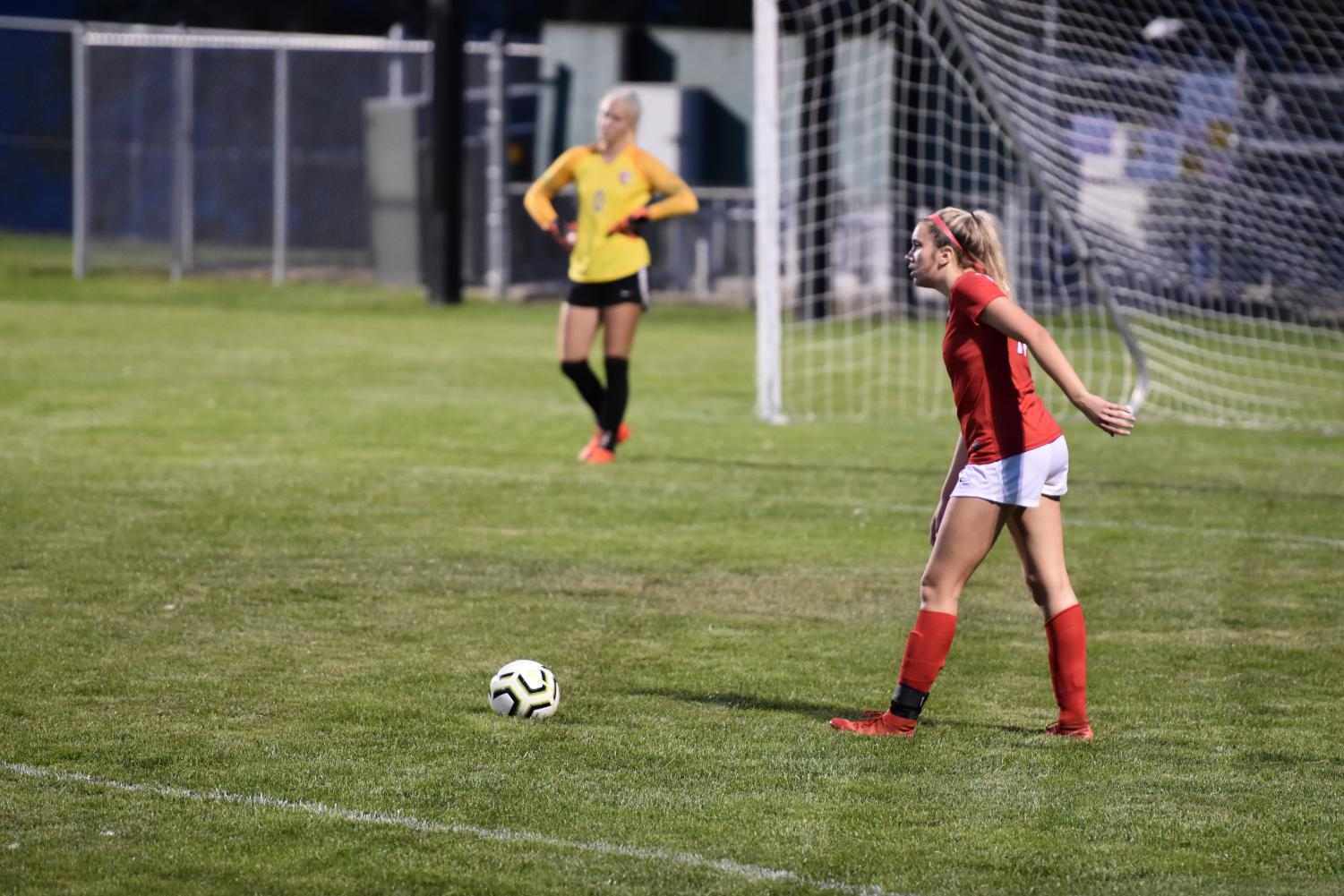 Sophomore+Emma+Thielbahr+looks+to+send+a+free+kick+up+the+field+shortly+after+Lake+City+scores+their+last+and+final+goal%2C+resulting+in+a+0-3+Sandpoint+loss.+